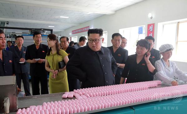 金正恩氏と李雪主夫人、化粧品工場を視察