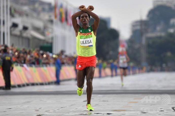 抗議のマラソン銀メダリスト、亡命の可能性も―エチオピアに帰国せず