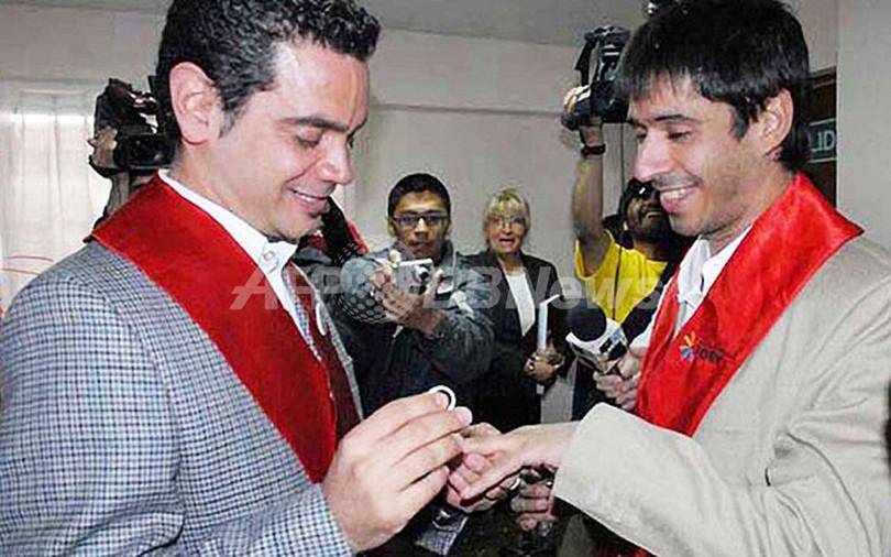 アルゼンチン人男性カップル、苦難乗り越え南米初の同性婚夫婦に