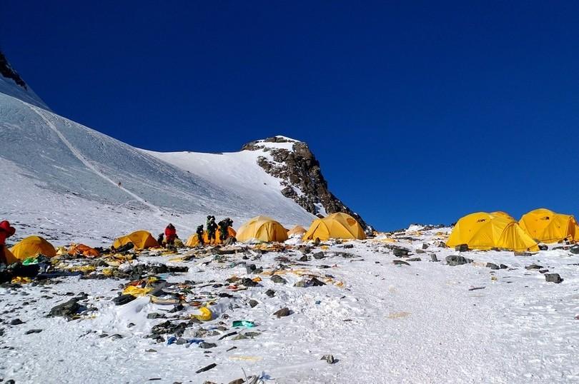 エベレストで登山者が捨てるごみ増加、世界最高峰のごみ溜めに?