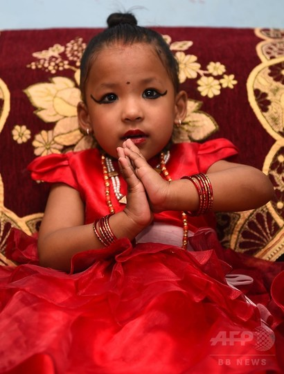 生き神「クマリ」に選ばれた3歳児、儀式経て任命 ネパール