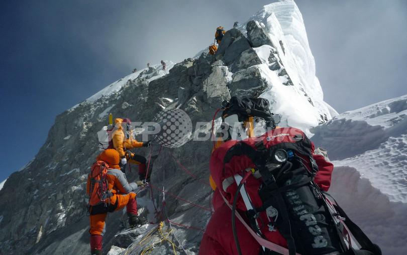 標高8000メートルで命がけの清掃登山、エベレストの熟練シェルパたち