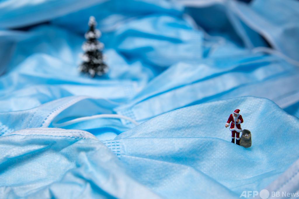雪原に立つサンタ…? 実はマスク 仏パリから一足早いクリスマス