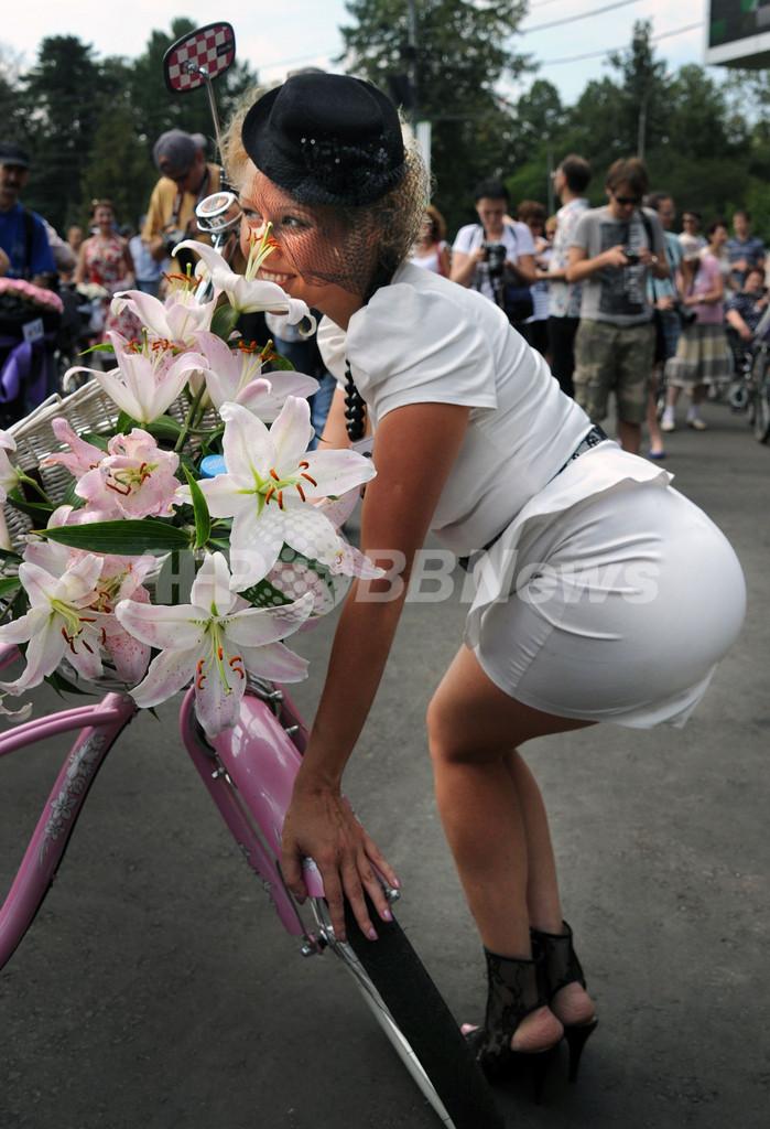 颯爽、60年代ファッションのレディーが自転車レース