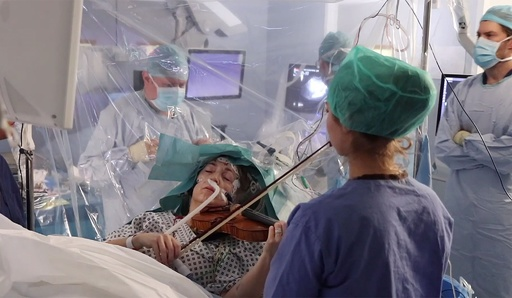 脳の手術中に患者がバイオリン演奏、腫瘍切除に成功 英病院
