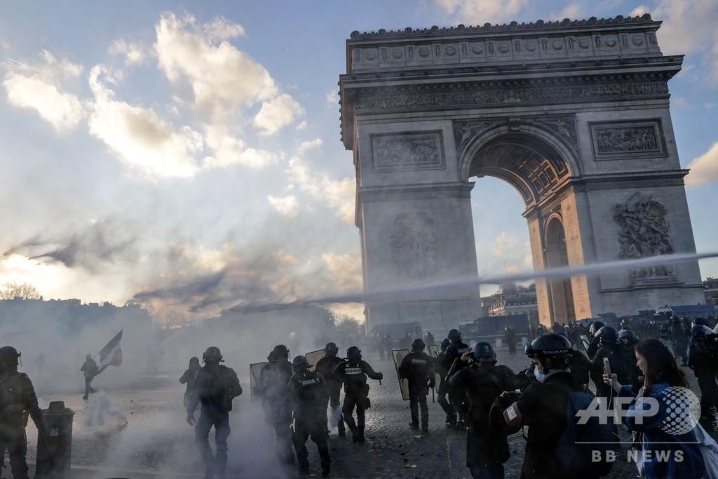 フランスで18週目の「黄ベスト運動」、ブランド店で略奪も