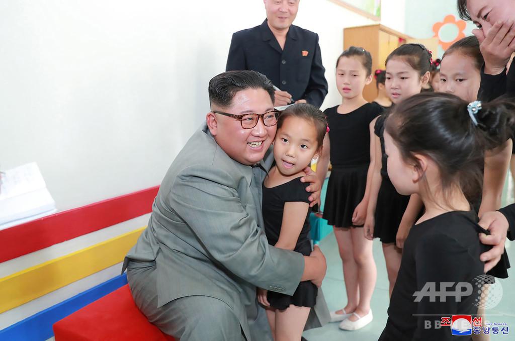 金正恩氏、北朝鮮北部の教育施設を視察 少女へのハグも