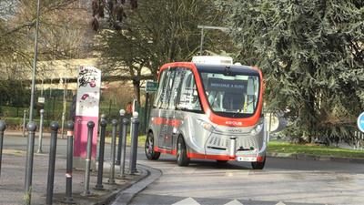 動画:「無人」電動シャトルバス、仏大学キャンパスで試験運行開始