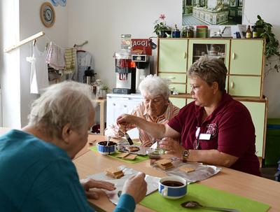 認知症改善に「共産主義時代」を再現、ドイツの高齢者介護施設