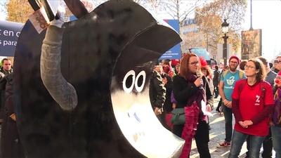 動画:パリ・シャンゼリゼ通りにアップル直営店 活動家が「課税逃れ」に抗議