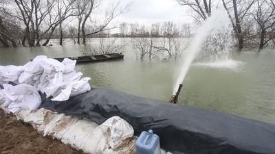 動画:大雨と雪解け水で冠水、住民取り残される クロアチア