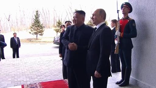 動画:プーチン氏と正恩氏が初顔合わせ、ロ朝首脳会談始まる