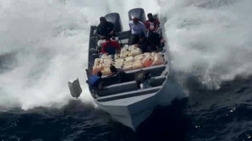 動画:麻薬密輸船の追跡映像、コカイン約1トン押収 米沿岸警備隊