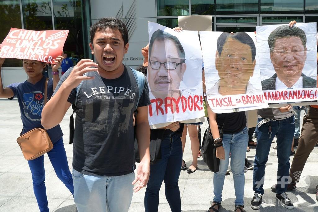 フィリピン首都で中国船の「当て逃げ」に抗議、習近平氏らの写真燃やす