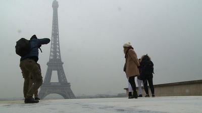 動画:パリで初雪、エッフェル塔閉鎖も雪景色楽しむ観光客たち