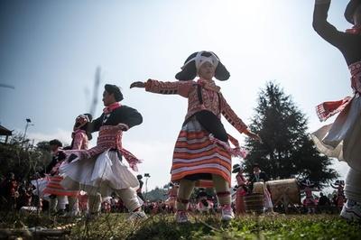 大きなかつらが伝統、長角ミャオ族の春節祝う祭り 貴州