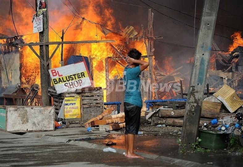 武装勢力との衝突拡大、燃え上がる家々 フィリピン南部