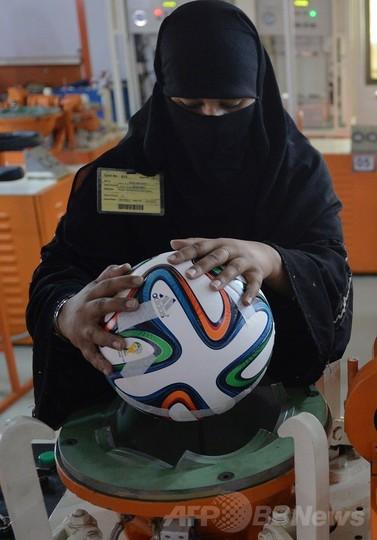 W杯公式球「ブラズーカ」を作るパキスタンの女性作業員たち