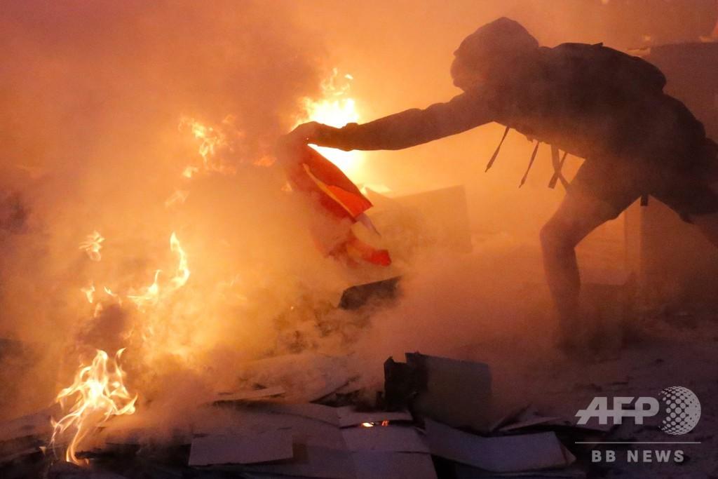 カタルーニャ首相が暴力停止呼び掛け 独立派幹部禁錮刑で3夜連続の衝突