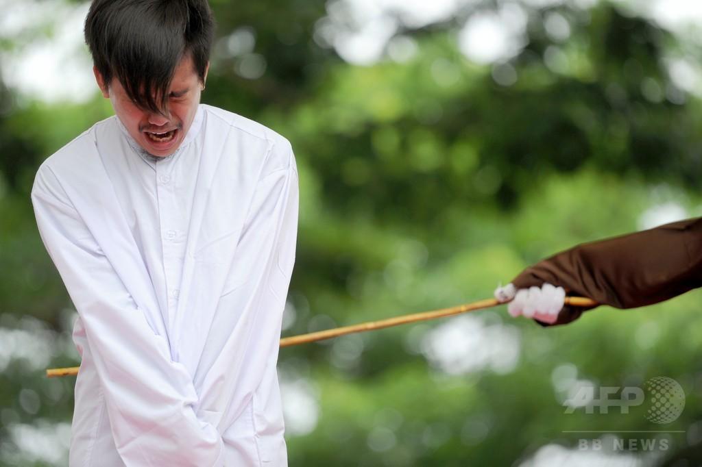 性行為した男性カップルにむち打ち83回、インドネシアで刑執行