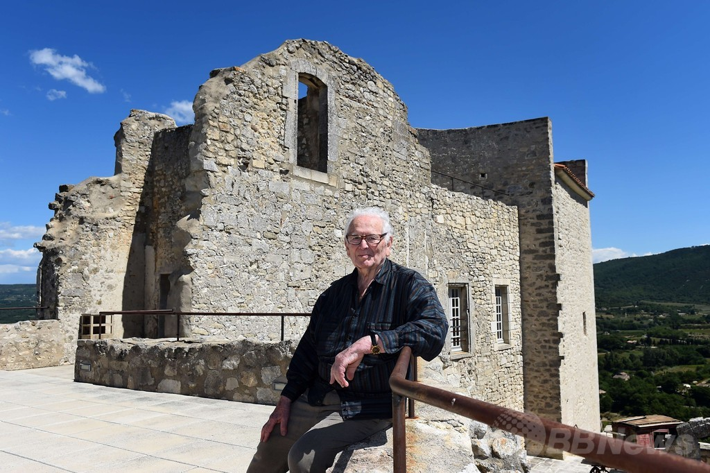ピエール・カルダン、自身が所有するラコスト城へ