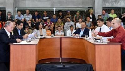 塀の中で大統領候補者の討論会、受刑者も質問繰り出す コスタリカ