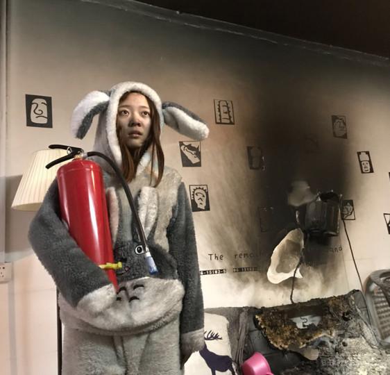 自宅の火災現場で自撮り→「自虐」写真がネットに流出 中国・桂林のカップル