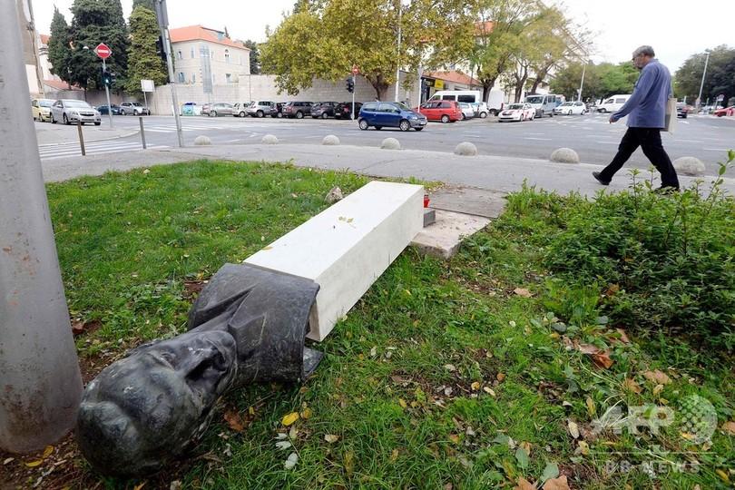 反ファシズムの英雄像が復讐? 像を倒した男の脚を直撃 クロアチア