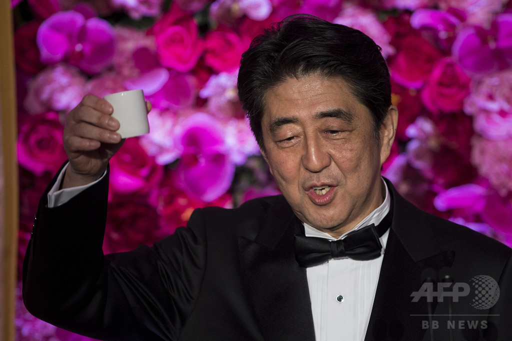 ホワイトハウス公式夕食会、安倍首相がジョークで笑わす