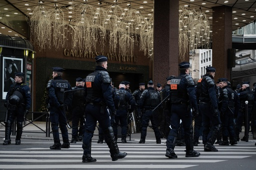 黄ベスト運動デモ隊、高級百貨店のフロアを占拠 仏パリ