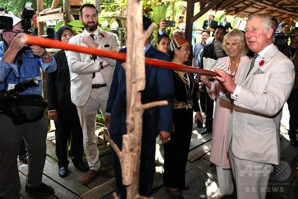 チャールズ英皇太子、ボルネオ島で吹き矢に挑戦
