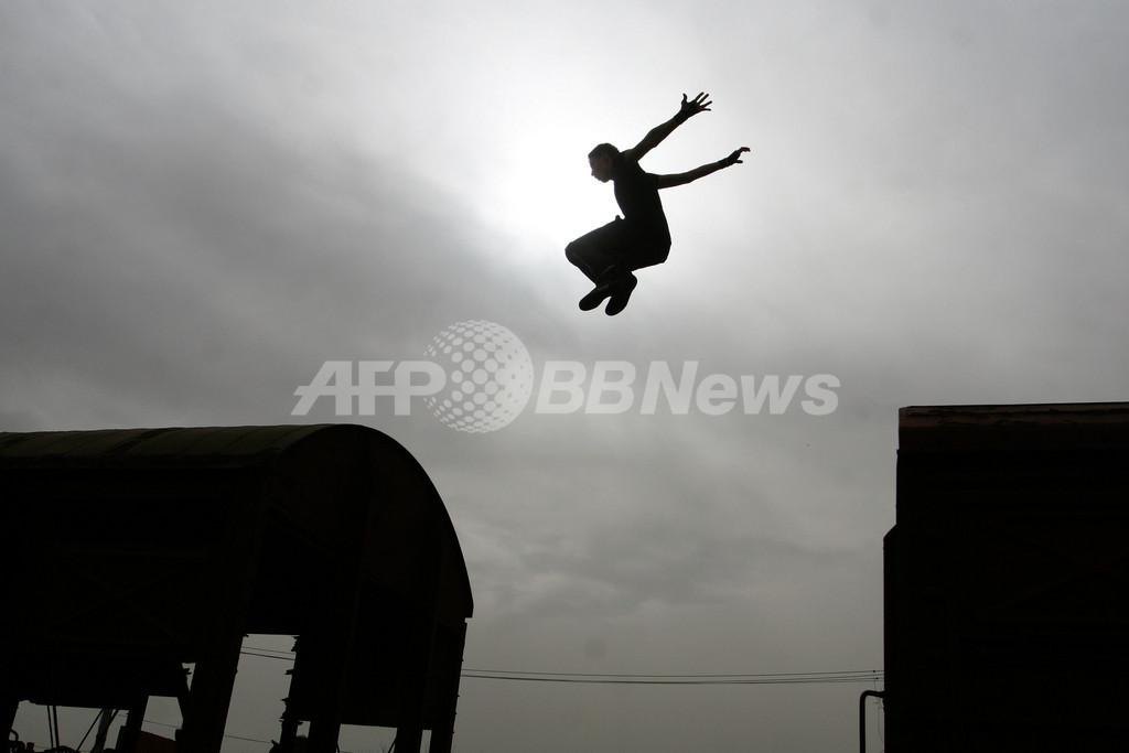 コソボの若者を引きつける、都会のスポーツ「パルクール」
