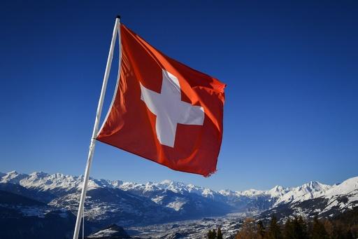 スイスで男女平等賃金求めるデモ、2万人が行進
