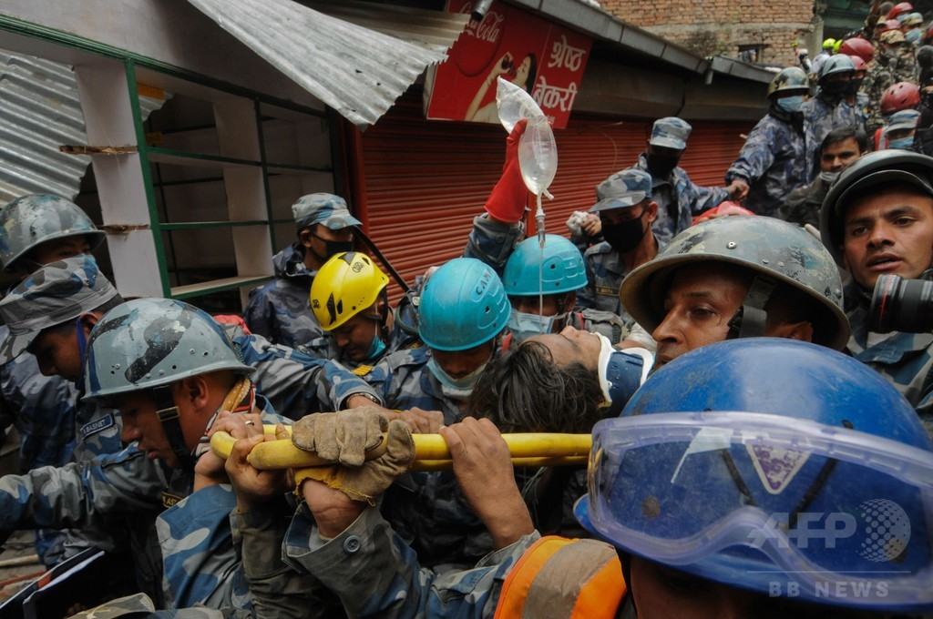 ネパール大地震、5日ぶりがれきの下から少年救出