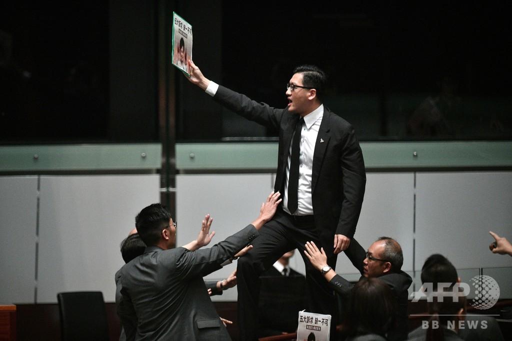 香港民主派議員ら16人逮捕 暴動罪容疑