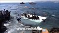 動画:転覆する難民ボート、救助にあたる地元住民
