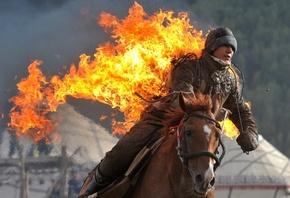 炎に包まれ乗馬技を披露、キルギスで遊牧民競技の国際大会