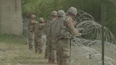 動画:米軍、メキシコ国境に有刺鉄線を設置