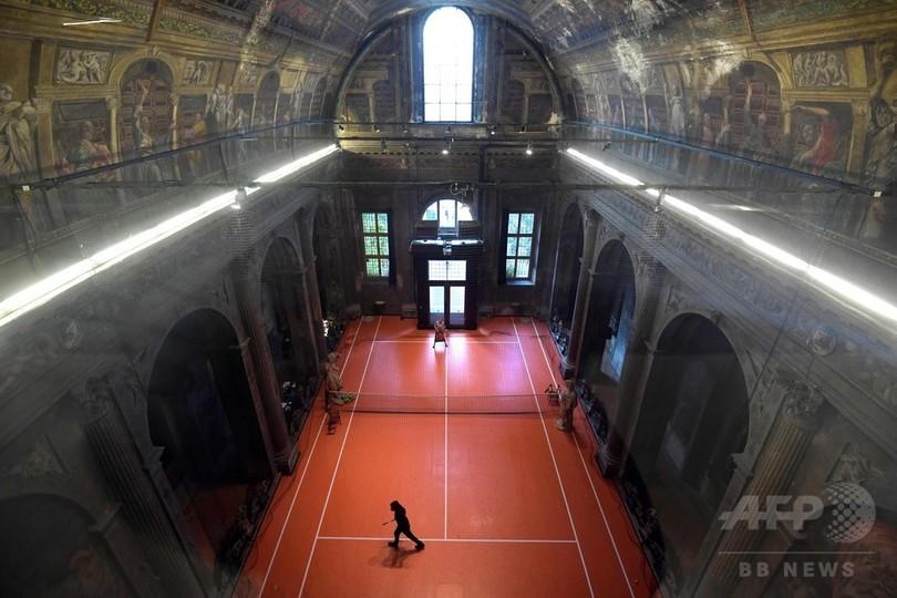 教会内部にテニスコート!? 米アーティストが制作 イタリア
