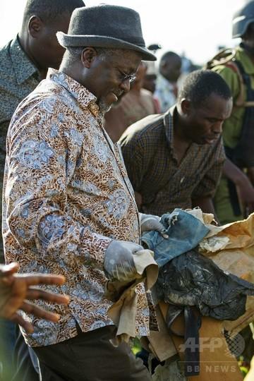タンザニア大統領が独立記念日にごみ拾い