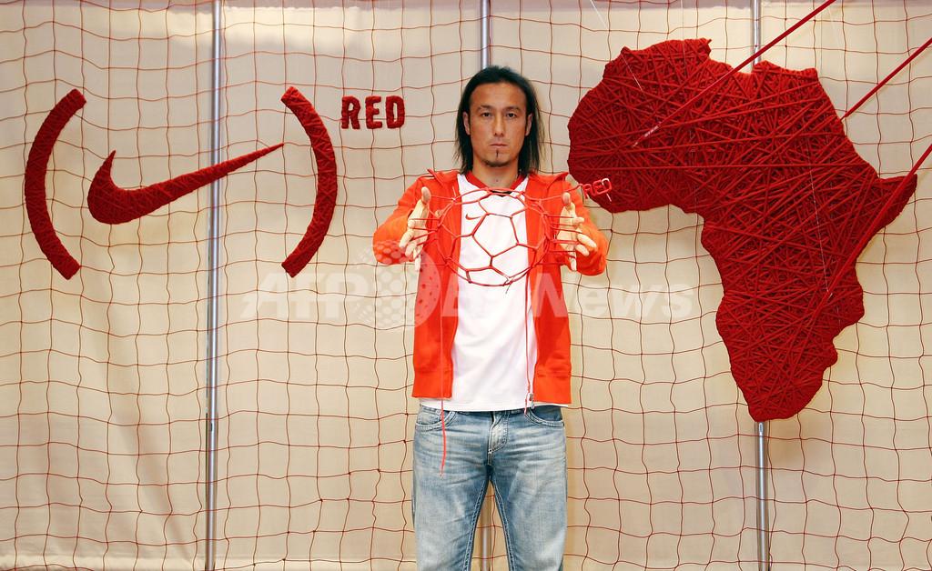 「ナイキ」が赤い靴紐でエイズ撲滅を支援