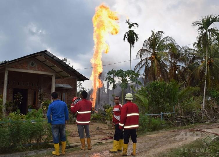 インドネシアの違法油井火災、死者15人に