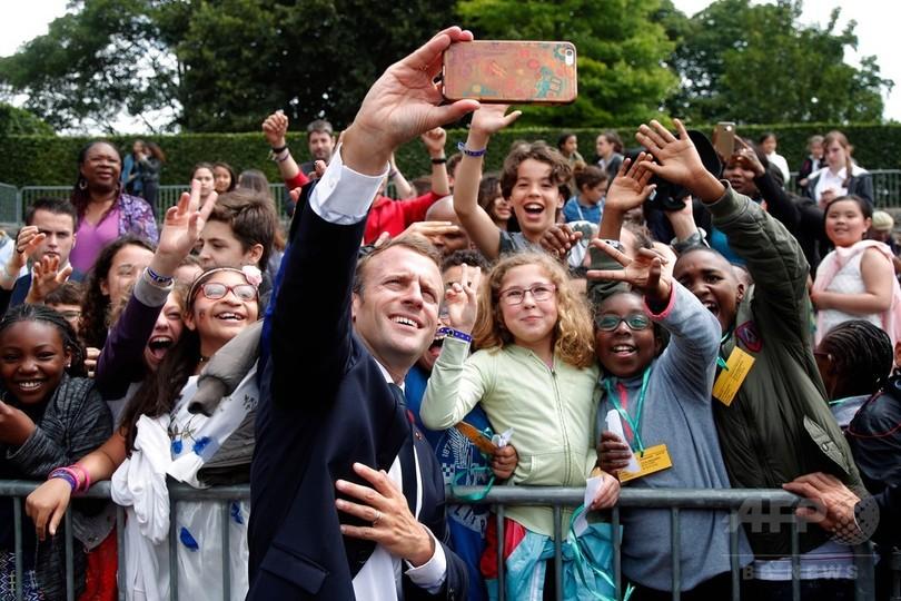 「大統領と呼ぶように」マクロン氏、愛称で声掛けた中学生にお説教