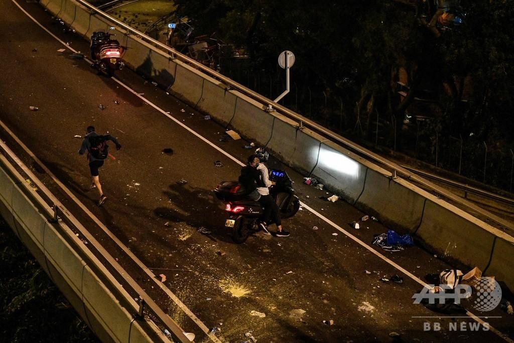 香港デモ隊、大学からロープで脱出 当局の包囲逃れる