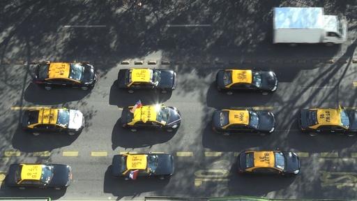 動画:タクシー運転手ら数千人、ウーバーなどに抗議 チリ