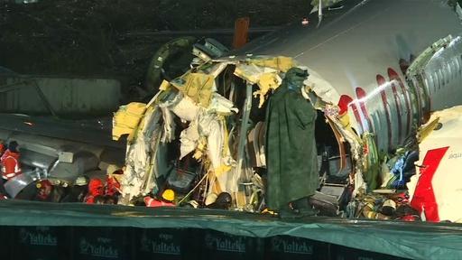 動画:トルコ旅客機が着陸失敗、機体3つに折れ3人死亡 179人負傷