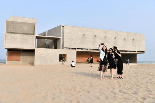 秦皇島の海辺に「最も孤独な」図書館 でも人気で孤独になれないかも?
