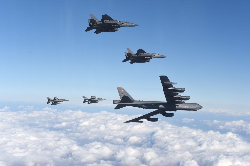 米軍B52爆撃機が韓国で低空飛行、北朝鮮をけん制