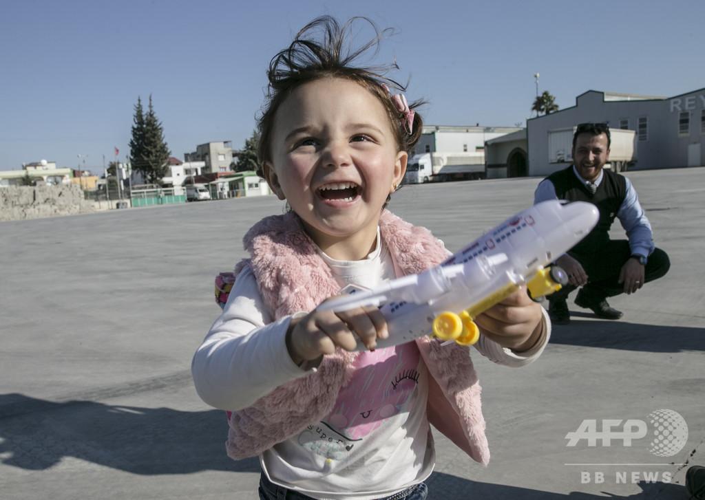 「爆弾なら笑おう」の3歳女児、シリア脱出 トルコで新生活開始