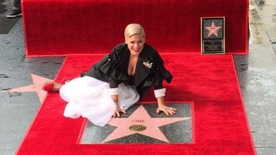 動画:歌手ピンク、ハリウッドの殿堂入り